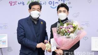 """윤화섭 시장 """"김원진 선수, 우승 축하…적극 지원"""""""