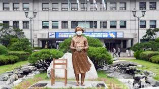 마스크 쓴 안산시청 앞 평화의 소녀상